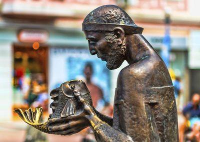 """Скулптура """"Рибарят и златната рибка"""" във Варна"""