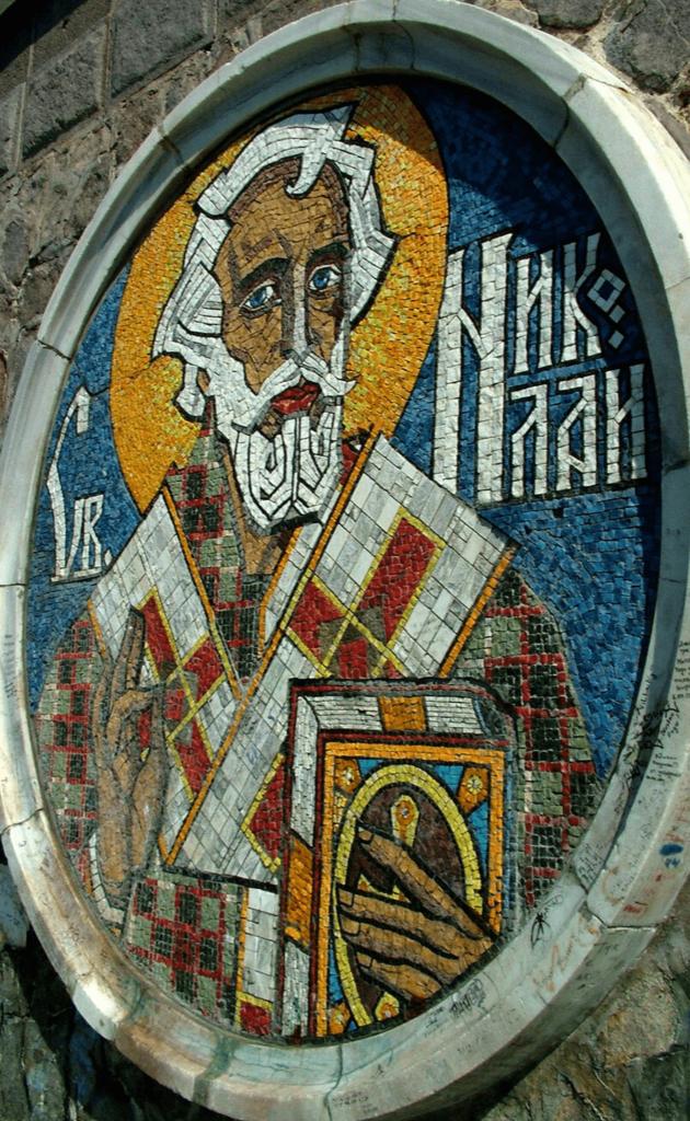 Мозайката, изобразяваща Свети Никола, на постамента под фара на вълнолома, Варна