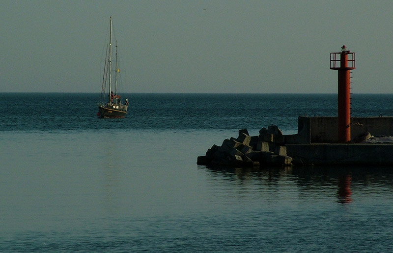 Balchik navigational aid at the Yacht club © Bela Benova, August 2007