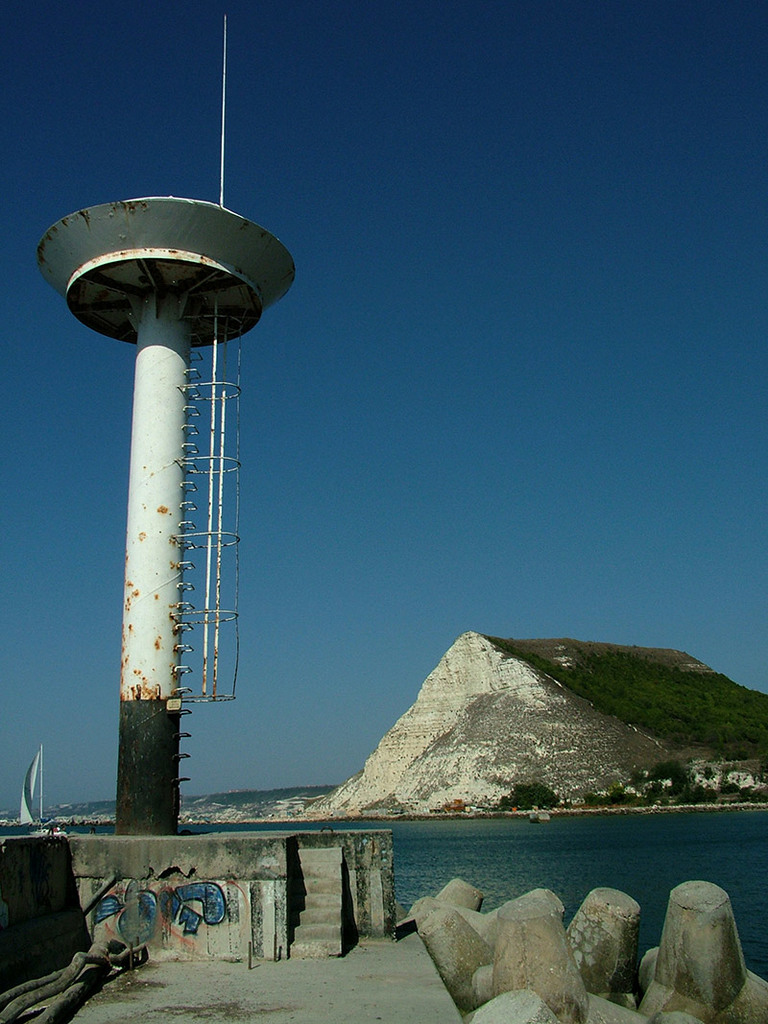 The old lighthouse at Kavarna's breakwater © Bela Benova, August 2007
