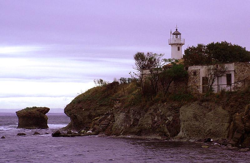 Приставане на остров Света Анастасия, гледка към скалата и фара © Бела Бенова, Септември 2007