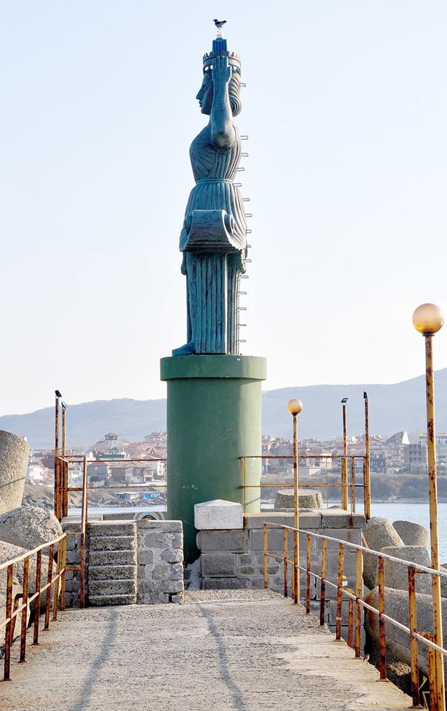 Статуята, заменила стария фар на вълнолома – Царево © Бела Бенова, Март 2019