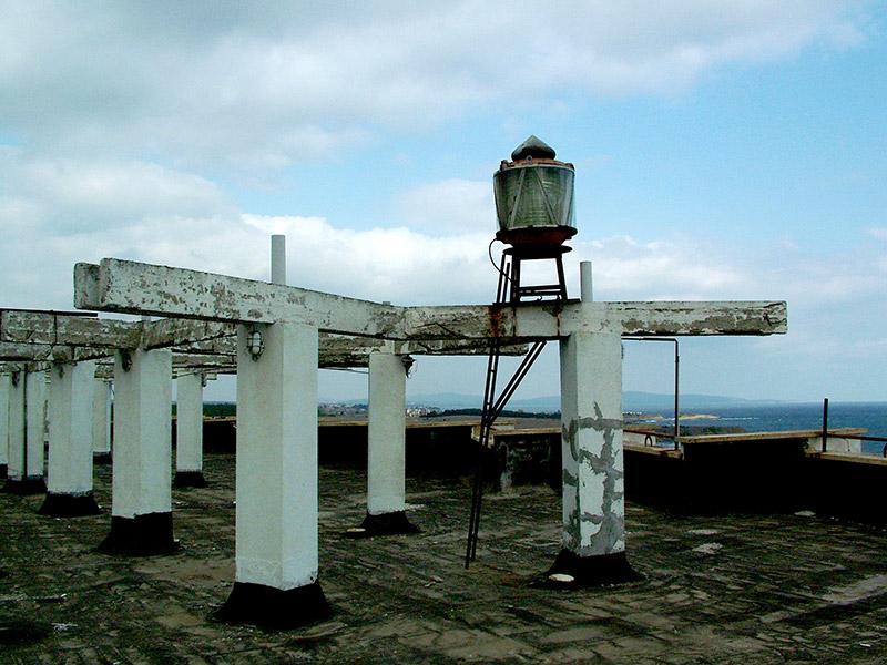 """Навигационна светлина на покрива на сградата на """"Софстрой"""" – Царево © Бела Бенова, Септември 2007"""